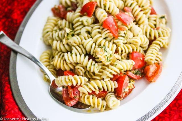 Tomato Mozzarella Pesto Pasta Salad - simple, fresh and healthy pasta salad, perfect for barbecues an picnics