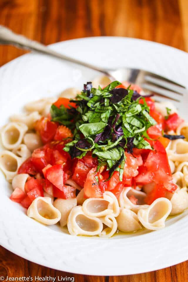 Massa Primavera com tomate fresco, manjericão e alho - apenas 3 ingredientes frescos tornam esta massa fácil e deliciosa