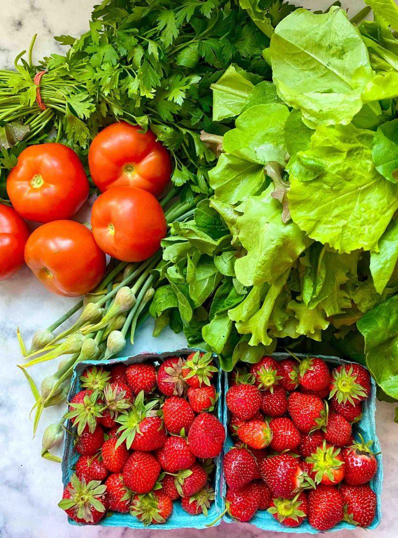 Cesta CSA com tomate e morangos