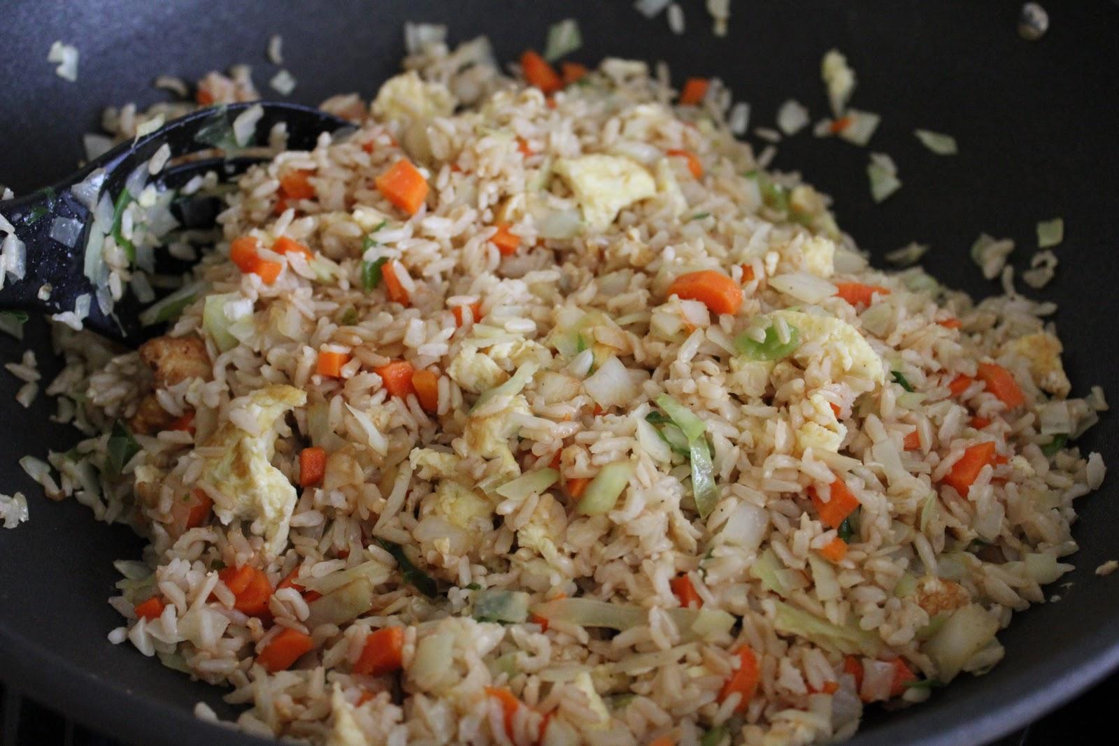 Вегетарианский рецепт фаршированного перца рисом и морковью, с водорослями нори и паниром.